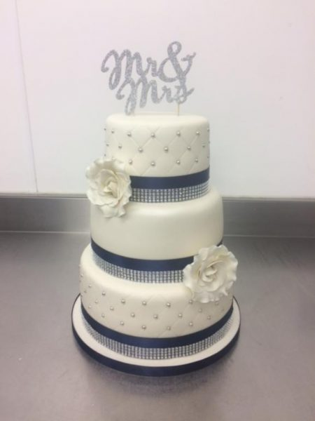 navy-and-ivory-wedding-cake